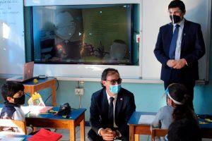 MInistro-de-educacion–visitando-colegio-con-implemtacion-kdoce