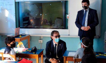 Ministro de educación visita colegio con implementación tecnológica KDOCE