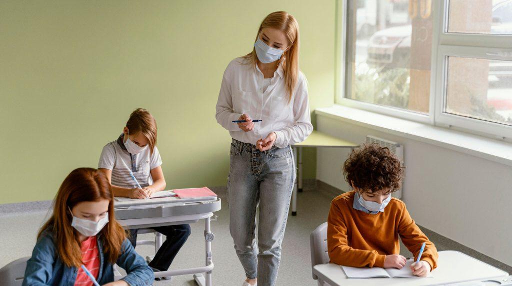 profesores fuerzan mas la voz al dar clases con mascarillas
